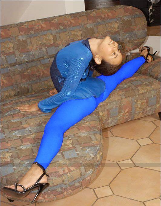 ژیمناستیک دختران، دختری با پاهای کاملا باز 180 درجه