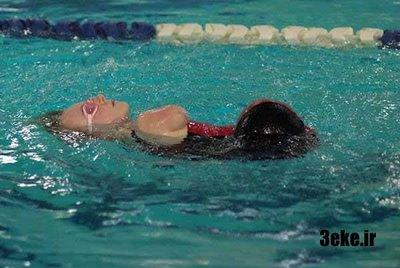 شنای دختر بدون دست در استخر